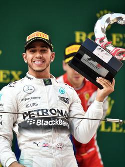 Le vainqueur Lewis Hamilton Mercedes AMG F1 fête sa victoire sur le podium