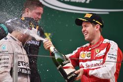 Подиум: Льюис Хэмилтон Mercedes AMG F1 - победитель гонки и Себастьян Феттель Ferrari - третий