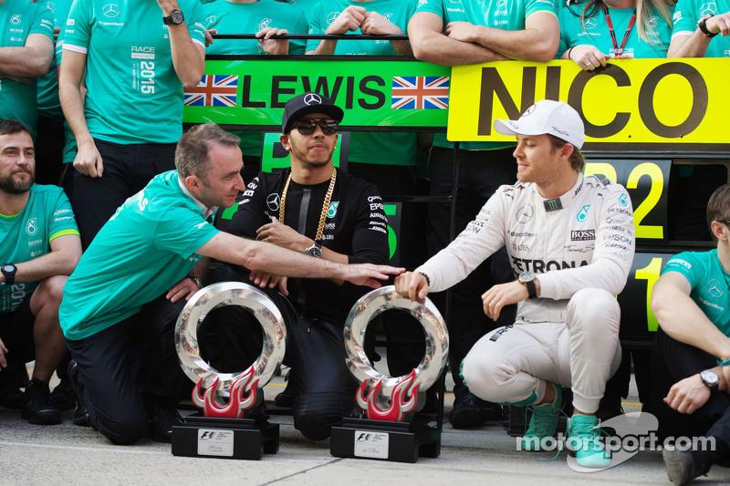 Падді Лоу Mercedes AMG F1 Виконавчий директор з переможцем гонки Льюїс Хемілтон Mercedes AMG F1 та д