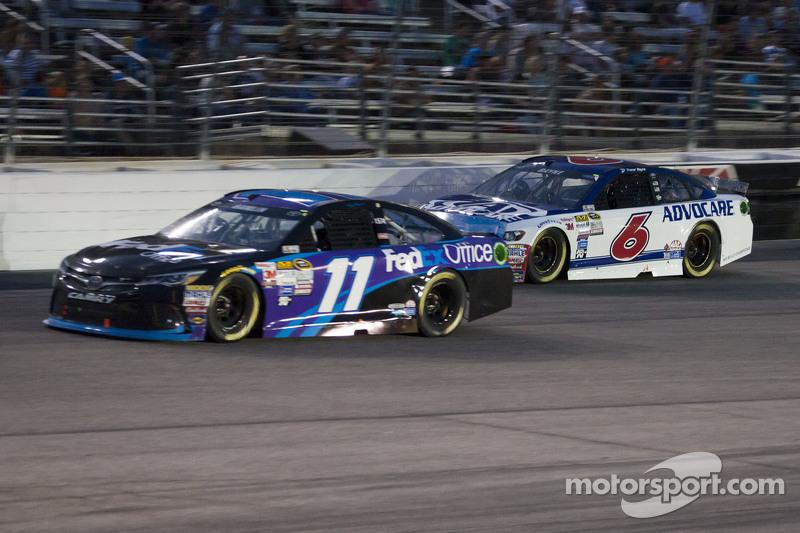 Denny Hamlin, Joe Gibbs Racing, Toyota, und Trevor Bayne, Roush Fenway Racing, Ford