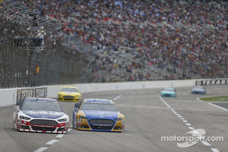 Trevor Bayne, Roush Fenway Racing Ford dan Sam Hornish Jr., Richard Petty Motorsports Ford