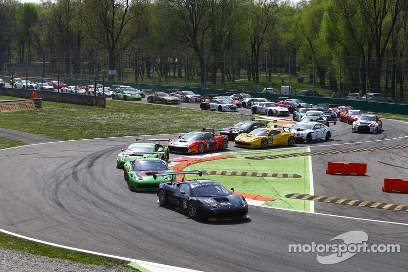 Start: #66 Black Pearl Racing by Rinaldi Ferrari 458 Italia: Steve Parrow, Pierre Kaffer memimpin