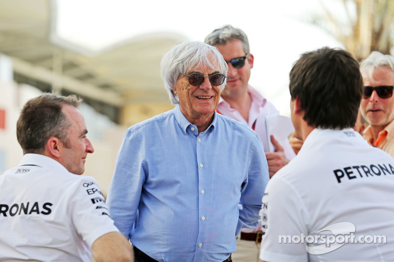 (从左到右)帕迪·洛维,梅赛德斯AMG车队执行总监,和伯尼·埃克莱斯顿,和托托·沃尔夫,梅赛德斯AMG车队股东和执行总监