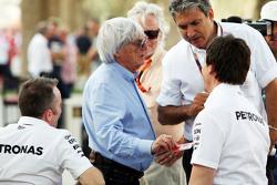 (L naar R): Paddy Lowe, Mercedes AMG F1 Executive Director, met Bernie Ecclestone, van de FOM; en Toto Wolff, Mercedes AMG F1 Aandeelhouder en Executive Director