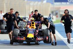 Red Bull Racing RB11 Даниила Квята, толкают на пит-лейн во время третьей тренировки
