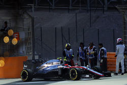 Jenson Button, McLaren MP4-30 se detiene en el circuito durante la clasificación