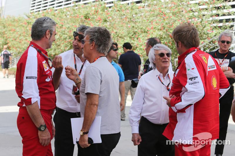 Maurizio Arrivabene, Ferrari-Teamchef, mit Pasquale Lattuneddu, FOM; Eddie Jordan, BBC-Experte; Bernie Ecclestone und Gino Rosato, Ferrari