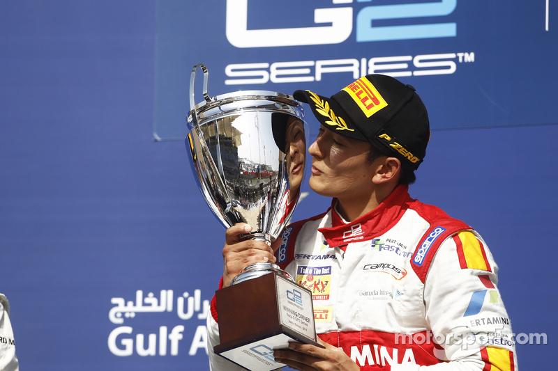 Rio Haryanto mencium trofi kemenangan perdananya di GP2.