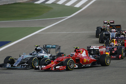Nico Rosberg, Mercedes AMG F1 W06 y Kimi Raikkonen, Ferrari SF15-T at the start of the race