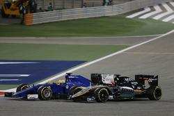 Маркус Эриксон, Sauber C34 и Нико Хюлькенберг, Sahara Force India F1 VJM08 борются за позицию