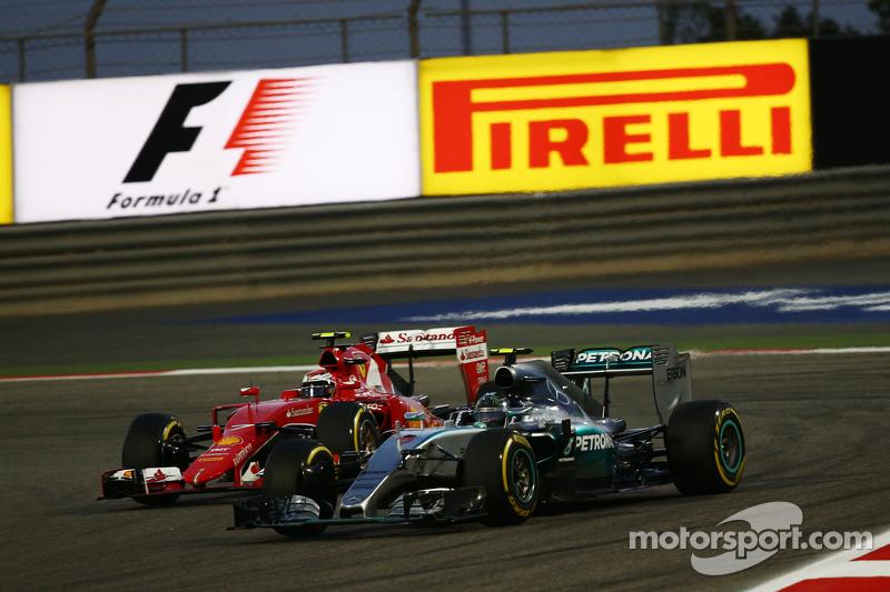 尼克·罗斯伯格, 梅赛德斯AMG车队 F1 W06赛车,和基米·莱库宁, 法拉利 SF15-T,争夺位置