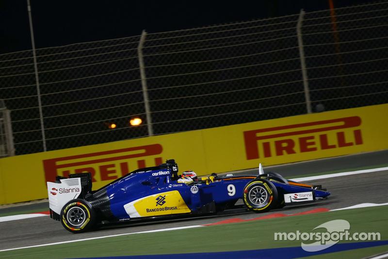 Marcus Ericsson, Sauber C34, dan Nico Hulkenberg, Sahara Force India F1 VJM08 battle for position