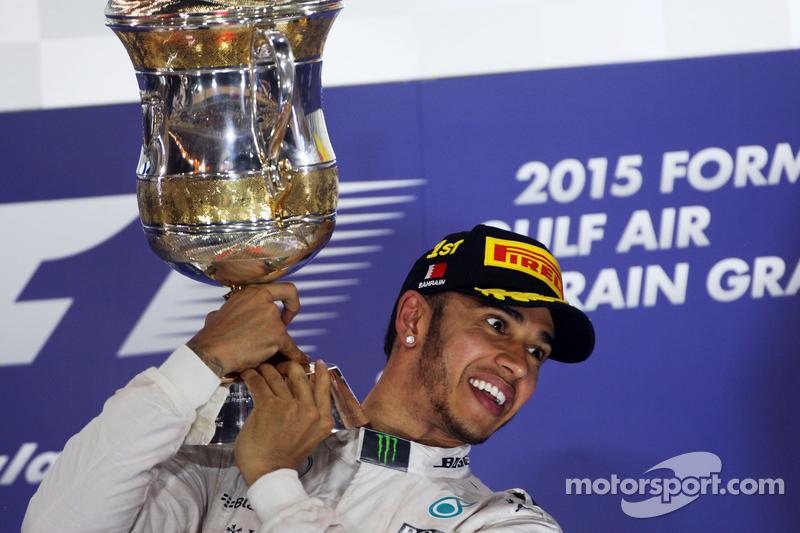 الفائز بالسباق، لويس هاميلتون، مرسيدس إيه أم جي للفورمولا واحد، يحتفل على منصة التتويج