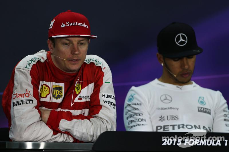 Kimi Raikkonen, Ferrari, dan Lewis Hamilton, Mercedes AMG F1 di post race FIA Press Conference