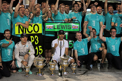 El tercer clasificado, Nico Rosberg, de Mercedes AMG F1 y ganador de la carrera Lewis Hamilton, Mercedes AMG F1 celebrar con el equipo