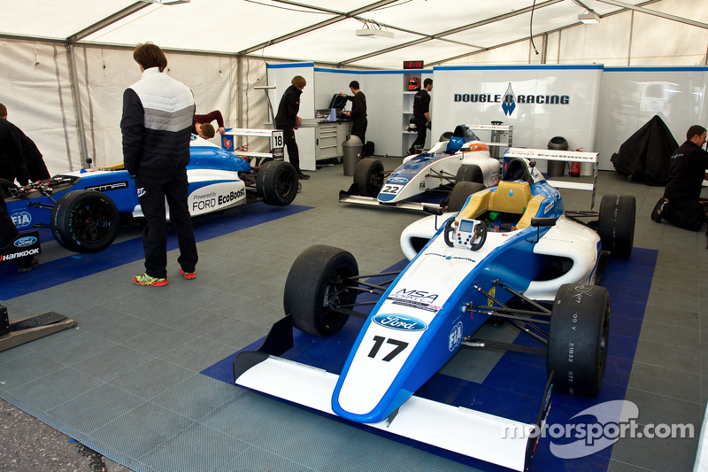 Persiapan mobil Double R Racing