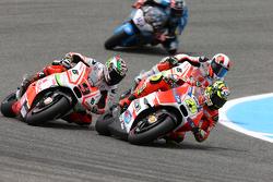 Andrea Iannone, Ducati Team, con Yonny Hernández y Danilo Petrucci, Pramac Racing Ducatis