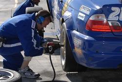Tire change for #21 Matt Connolly Motorsports BMW M3: Mike Halpin, Matt Connolly