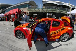 Arrêt aux stands pour la Mazda RX-8  n°62 Roar Racing : Karl Thomson, Billy Johnson