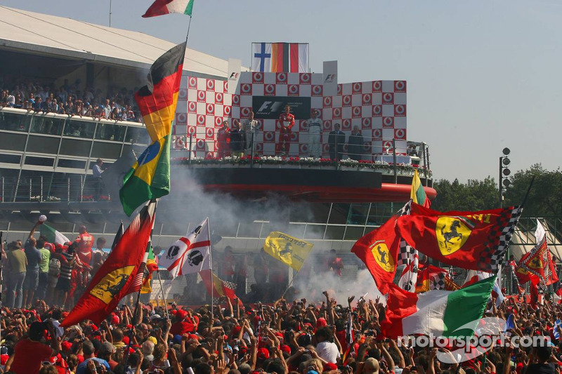 Podium: 1. Michael Schumacher mit Kimi Räikkönen und Robert Kubica