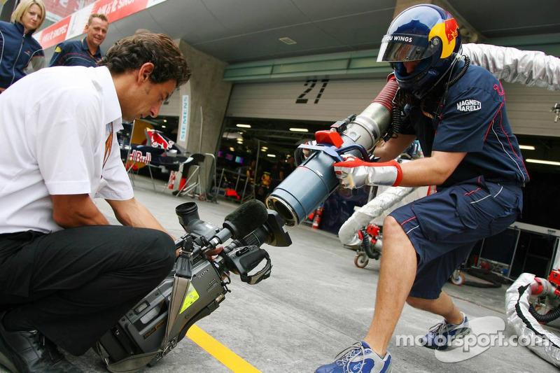 Red Bull Racing práctica una parada del combustible para las cámaras de televisión