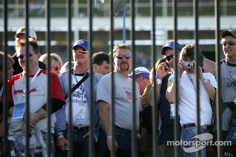 Des fans suivant l'action derrière les barrières