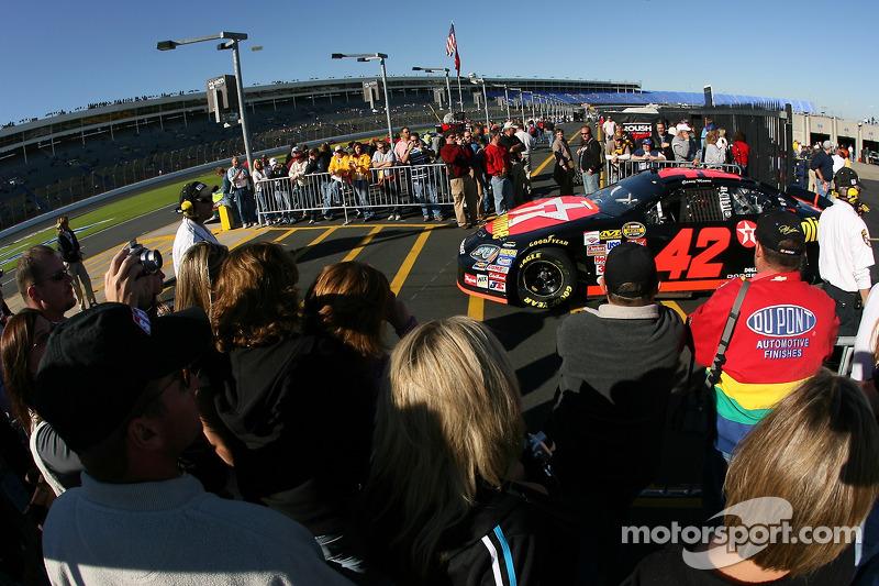 Des fans regardent les voitures tandis qu'elles prennent la piste pour le début de la séance