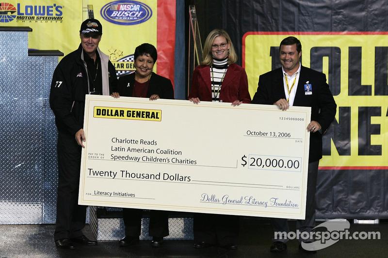 Présentation du chèque du Speedway Children Charities