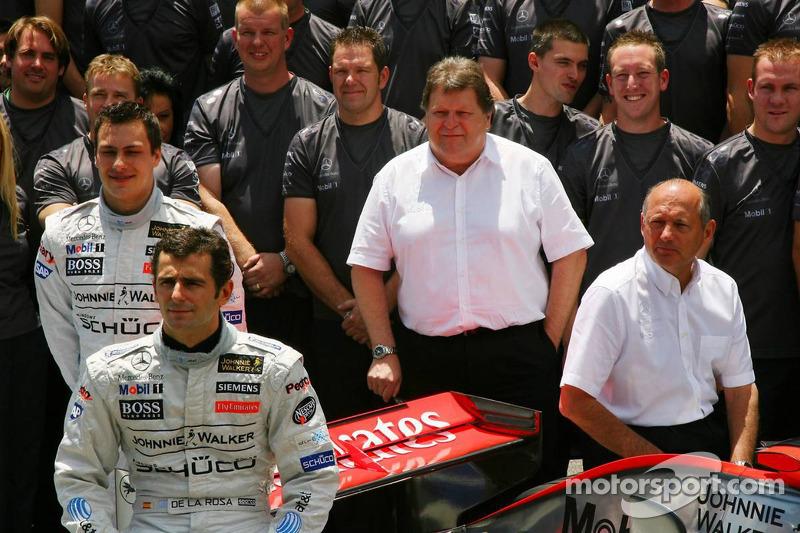 Photo de l'écurie McLaren-Mercedes : Pedro de la Rosa pose avec des membres de l'équipe