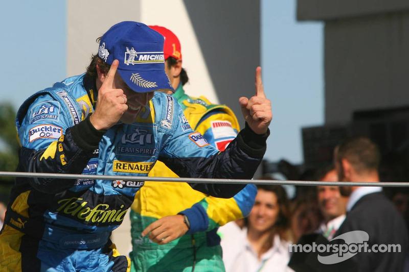 Подіум: чемпіон Ф1 2006 року Фернандо Алонсо святкує