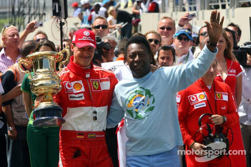 Cérémonie sur la grille de départ pour le départ de Michael Schumacher : Michael Schumacher accepte untrophée spécial de la part de Pelé