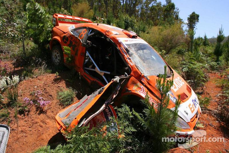 La 307 WRC du Peugeot Norway d'Henning Solberg et Cato Menkerud après un accident