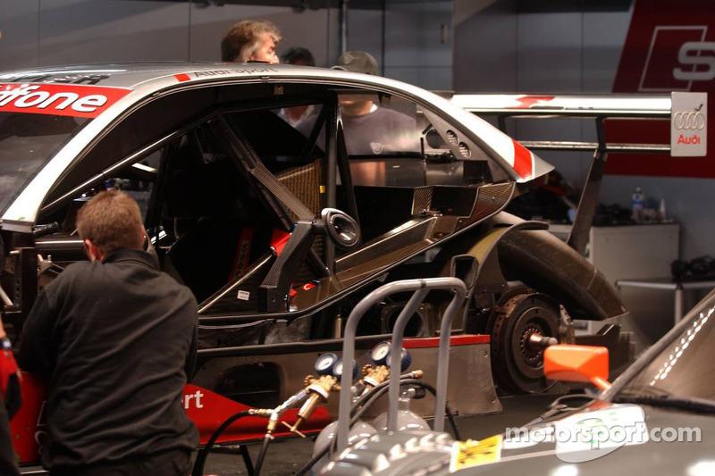 Des membres d'Audi Sport travaillent sur la voiture endommagée de Frank Stippler