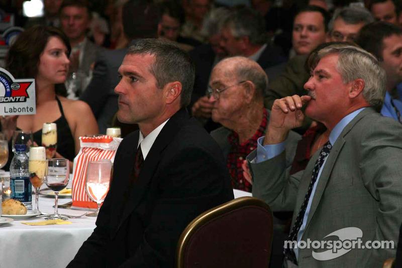 Christie, Bob, Terry et Bobby Labonte suivent les enchères de la combinaison de course de Terry