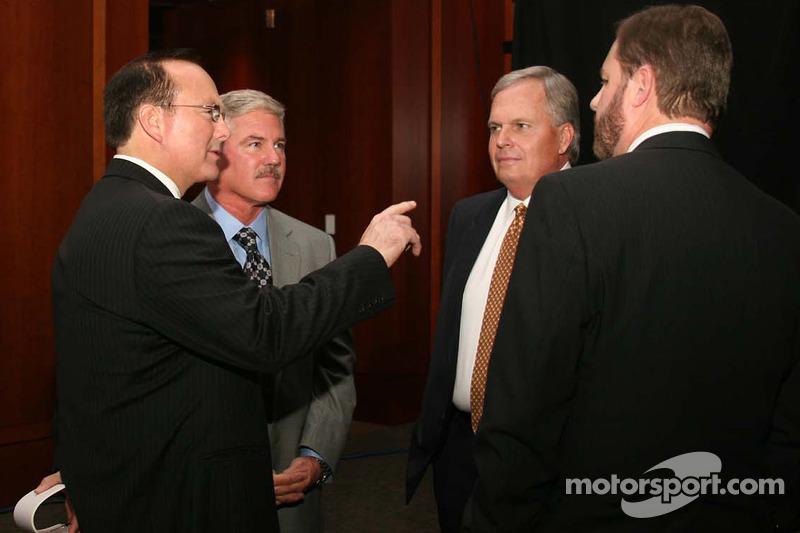 Jerry Punch, Terry Labonte, Rick Hendrick et Eddie Gossage