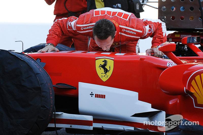 Michael Schumacher aracına veda ediyor