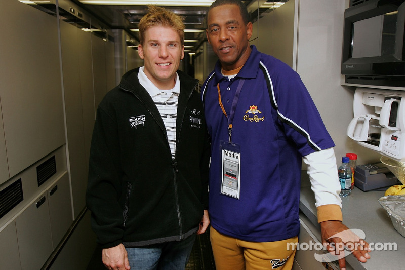 Jamie McMurray pose avec Tony Dorsett du NFL Hall of Famer