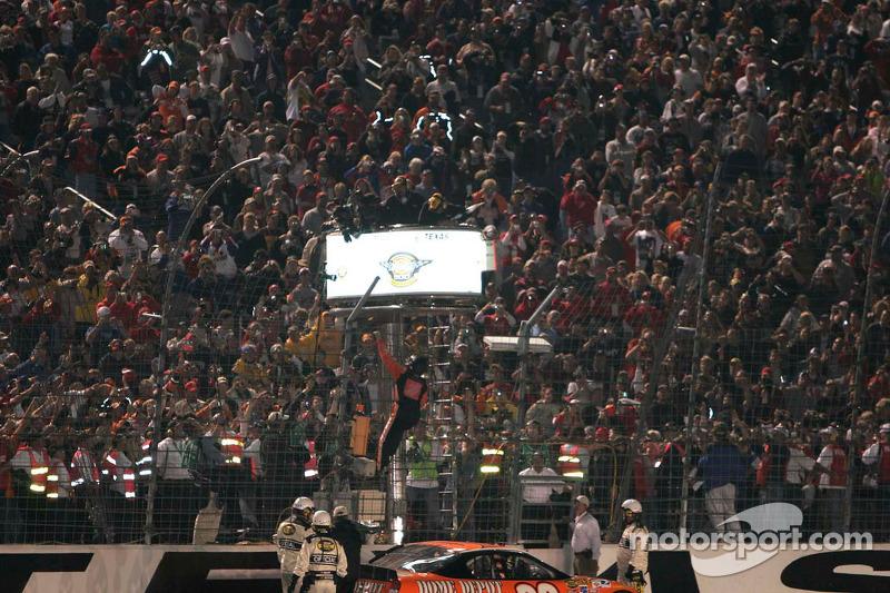 Tony Stewart escalade la barrière après sa victoire