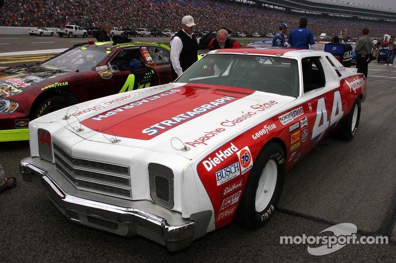 Rick Hendrick regarde la voiture de la première victoire de Terry Labonte