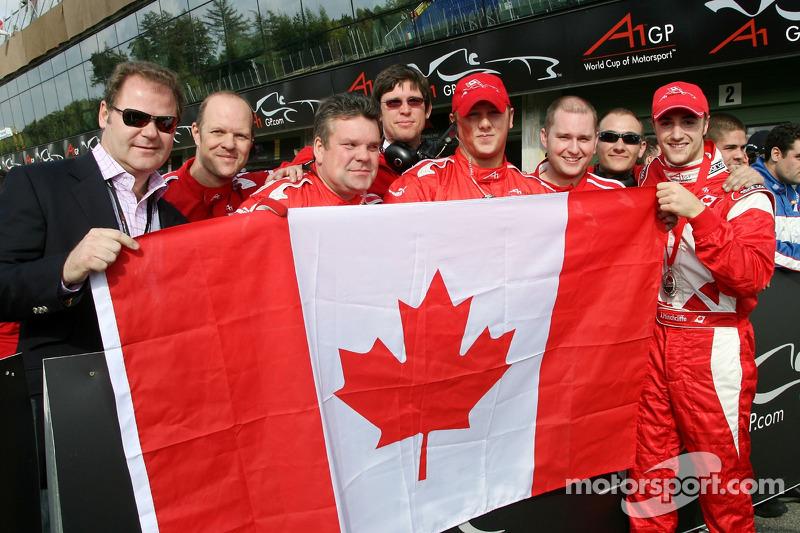 James Hinchcliffe et Wade Cherwayko, détenteur de l'équipe canadienne d'A1, célèbrent la deuxième pl