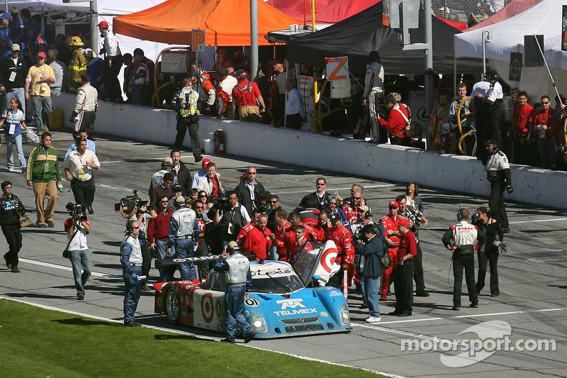 Святкування перемоги для екіпажу #01 TELMEX Chip Ganassi Lexus Riley: Скотт Прюетт, Сальвадор Дюран і Хуан-Пабло Монтойя