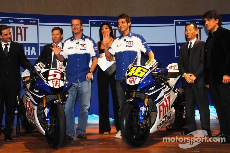 Davide Brivio (izq), con Lin Jarvis, Colin Edwards, Valentino Rossi, Masao Furusawa y Luca de Meo (der)