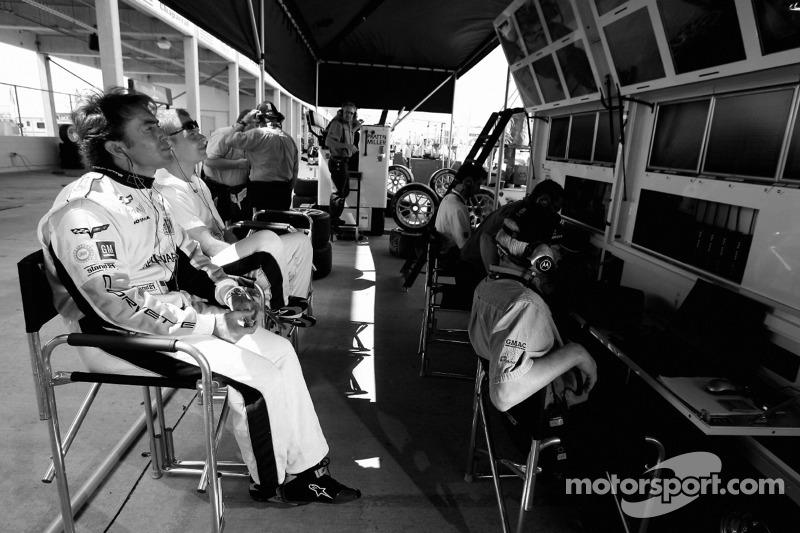 Jan Magnussen et Olivier Beretta regarde le début de la session dans le stand Corvette Racing