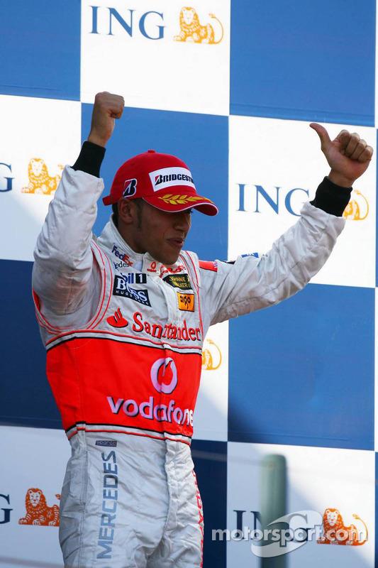 Podio: tercero Lewis Hamilton celebra