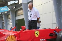 Peter Sauber has a look at the Ferrari