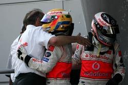 Ganador de la carrera Fernando Alonso celebra con Lewis Hamilton y Ron Dennis