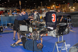 L'équipe Red Bull Forsythe travaille sur la voiture de Robert Wickens