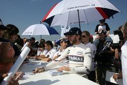 Nick Heidfeld signe des autographes