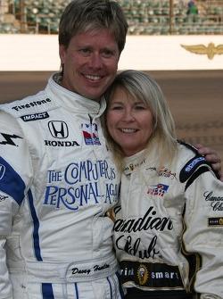 Le pilote Vision Racing Davey Hamilton pose avec une célébrité de radio locale
