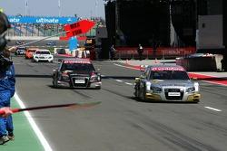 Массовый заезд на пит-лейн при появлении пейскара: Александр Према, Audi Sport Team Phoenix, Audi A4 DTM и Тимо Шайдер, Audi Sport Team Abt Sportsline, Audi A4 DTM